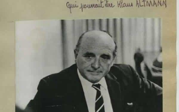 En France, en décembre 1964, la loi déclare que les crimes contre l'humanité évoqués par la résolution du 13 février 1946 - Klaus Barbie lors d'un interview à Lima au Pérou en 1972 - L'ancienne déportée Lise Lesèvre (C) arrive, le 11 mai 1987 au Palais de Justice de Lyon, pour assister au procès contre l'ancien chef de la Gestapo de Lyon, Klaus Barbie, accompagnée de son avocat Maître Roland Dumas (D)