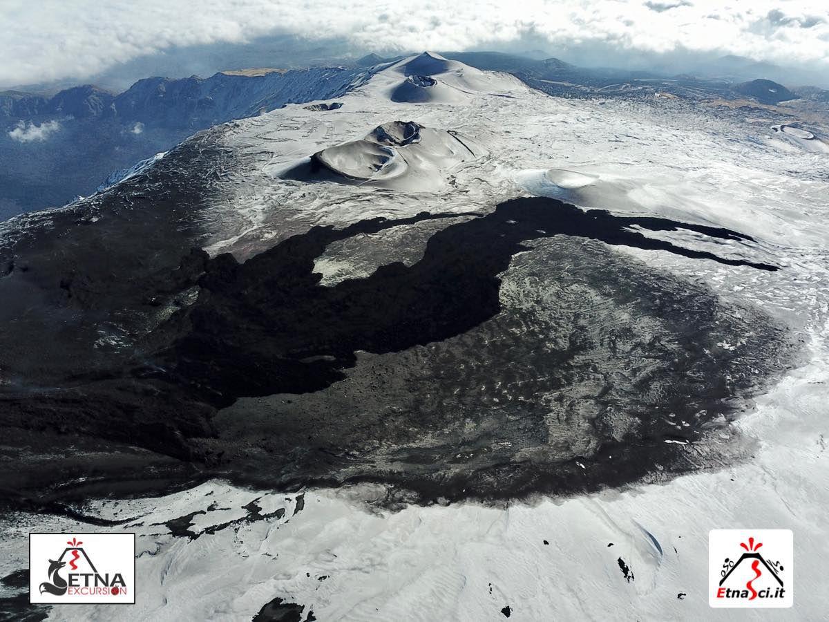 Etna SEC - évolution morpholoqique et situation de la coulée de lave (zone plus foncée - photos Etna Sci