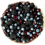 Fruits rouges de l'été: myrtilles, framboises et groseilles