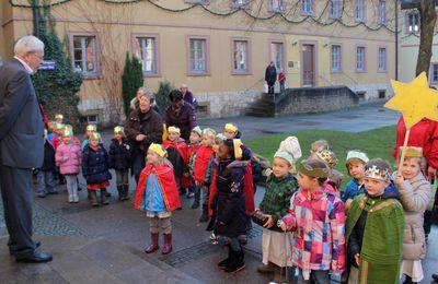 Sternsinger des Veitshöchheimer Bilhildis-Kindergartens segneten Rathaus und überbrachten dem Bürgermeister Neujahrswünsche