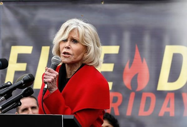 "L'actrice Jane Fonda prend la parole lors de la manifestation ""Fire Drill Friday"" sur le changement climatique le 25 octobre 2019 à Washington. 