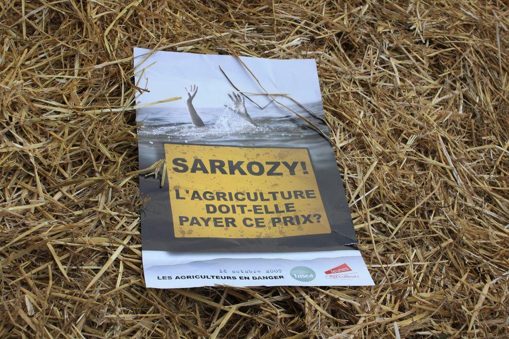 """Champs-Élysées - champ de blé """"SARKOZY, l'agriculture doit-elle payer ce prix?"""" 16 octobre 2009 LES AGRICULTEURS EN DANGER Photos: M. et Em. presse"""