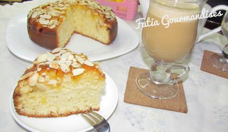 Cake aux pommes caramélisées et amandes effilées