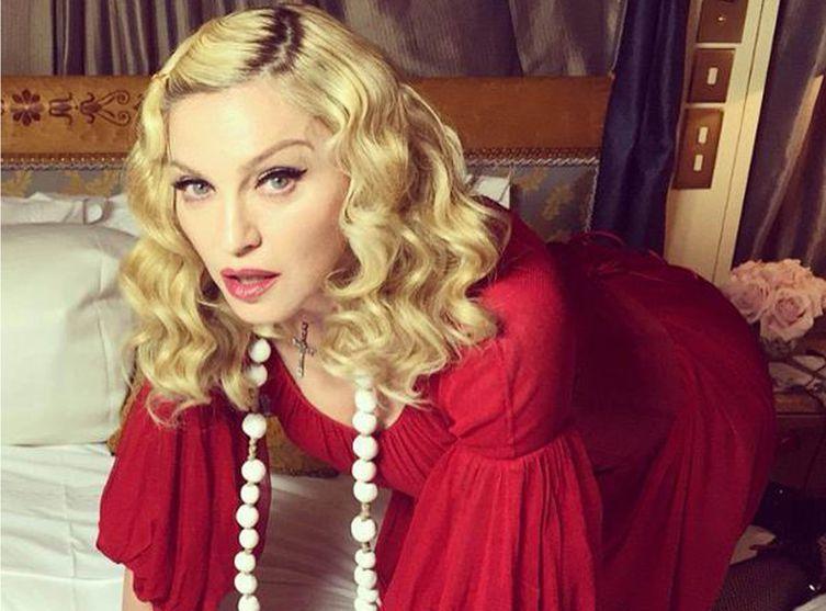 #Madonna chante #Imagine a Paris place de la République !