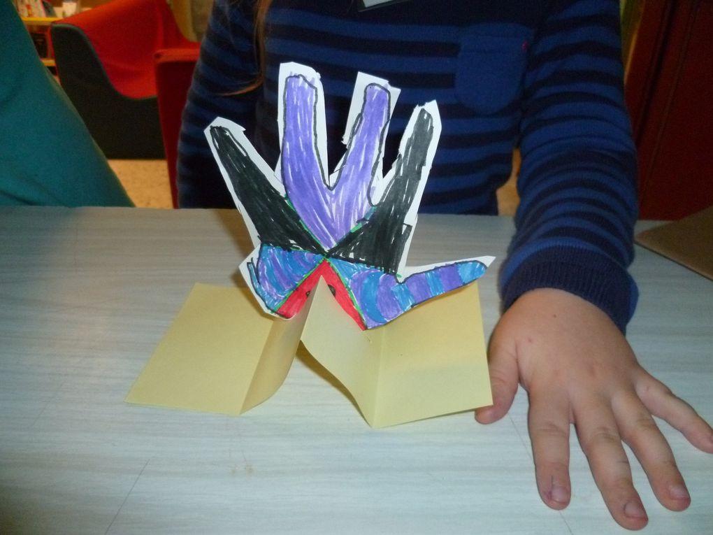 cycle 2: jeux et créations autour du thème de la préhistoire (mains décorées, origamis animaux, jeux avec les mots, devinettes, mimes, ...