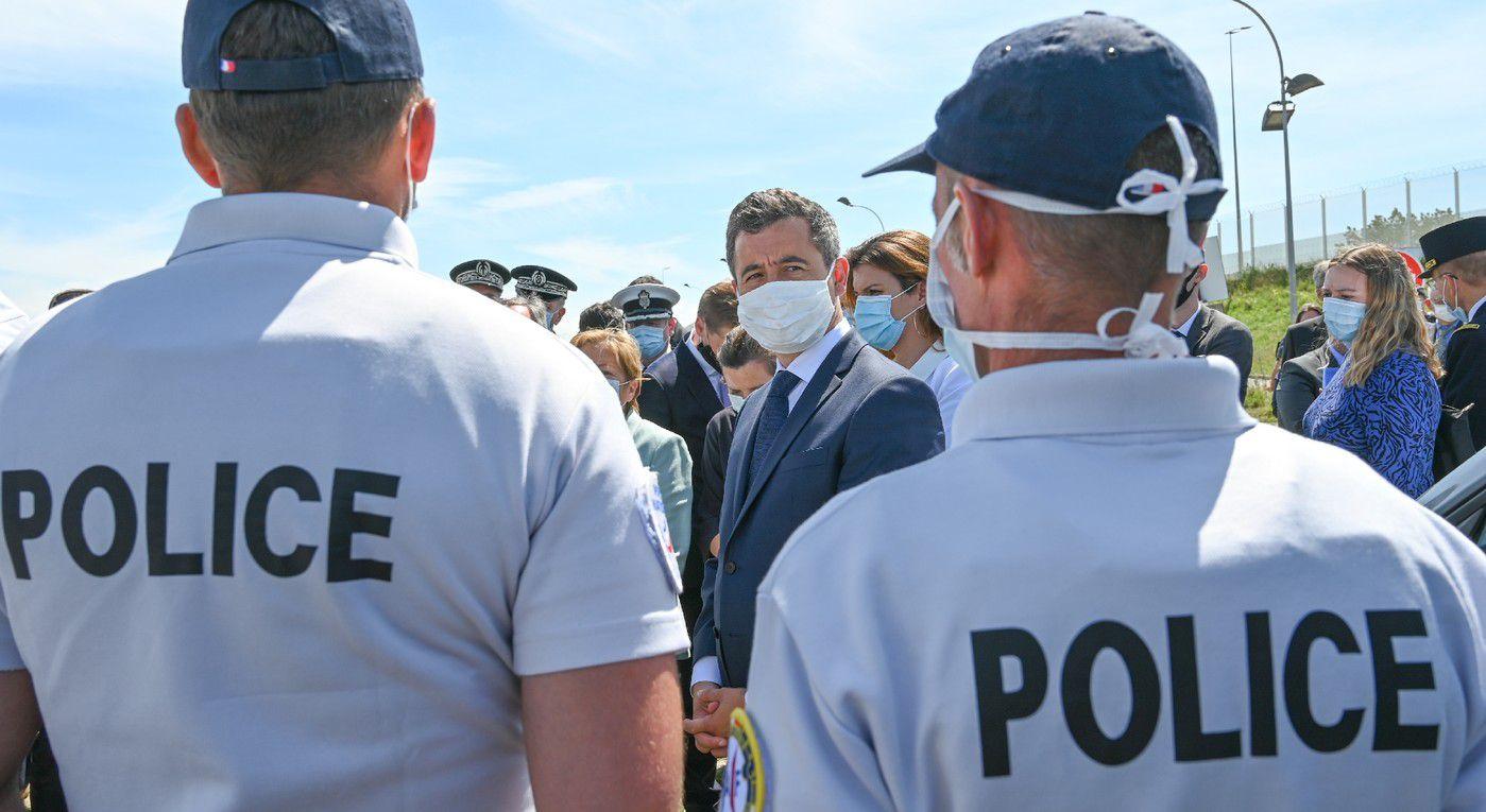 Le ministre de l'Intérieur français Gérald Darmanin (c) discute avec des policiers à Calais (Pas-de-Calais), le 12 juillet 2020 / AFP/Archives