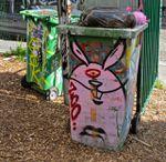 Poésie urbaine ?: poubelles taguées