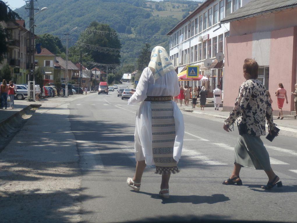 Sighisoara, une ville médiévale très agréable au bords de la Tarnava Mare avec sa citadelle saxonne du 13 ème, la maison de Vlad Dracul le père de Vlad Tepes (tepes signifie empaleur) qui inspira le personnage de Dracula. Du baroque (autel) et du style renaissance transylvain.......La tour de l'horloge avec ses tambourineurs qui frappent les quarts d heure et le bourreau domine la ville.
