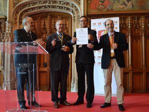 Congrès d'Arras : photo de gauche ==> Conférence de Serge BARCELLINI Président-Général du Souvenir Français. Photo de droite ==> La FFG honorée par la Confédération internationale de Généalogie et d'héraldique