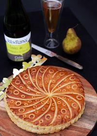 Galette feuilletée à la crème d'amande et poires pochées au cidre doux épicé