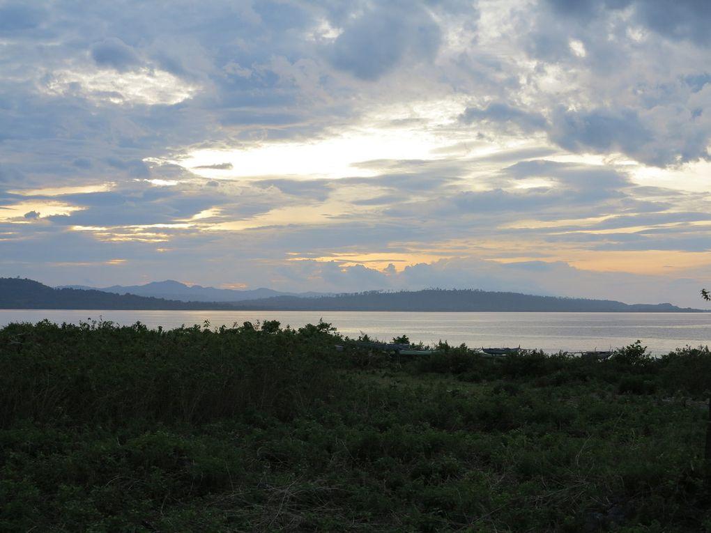 le débarcadère dans le petit port d'Haria, ( avec la grande croix ), les pirogues d' Itawaka et de jeunes pêcheurs sur  la jetée, le jardin du Mahu Lodge, bailieu ( maison commune traditionnelle ), villaage de Ouw et Olluth, kota Saparua, plage de Kulur où l'on voit passer des palm whales, village de Boï avec ses escaliers, la récolte du sagou, plage de Muthoni, forteresse hollandaise, le cimetière chinois, le village d'Itawaka,.
