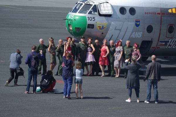 Scéance de photos entre l'équipage et un groupe de femme* habillée comme à l'époque. (*certaines sont parachutistes)