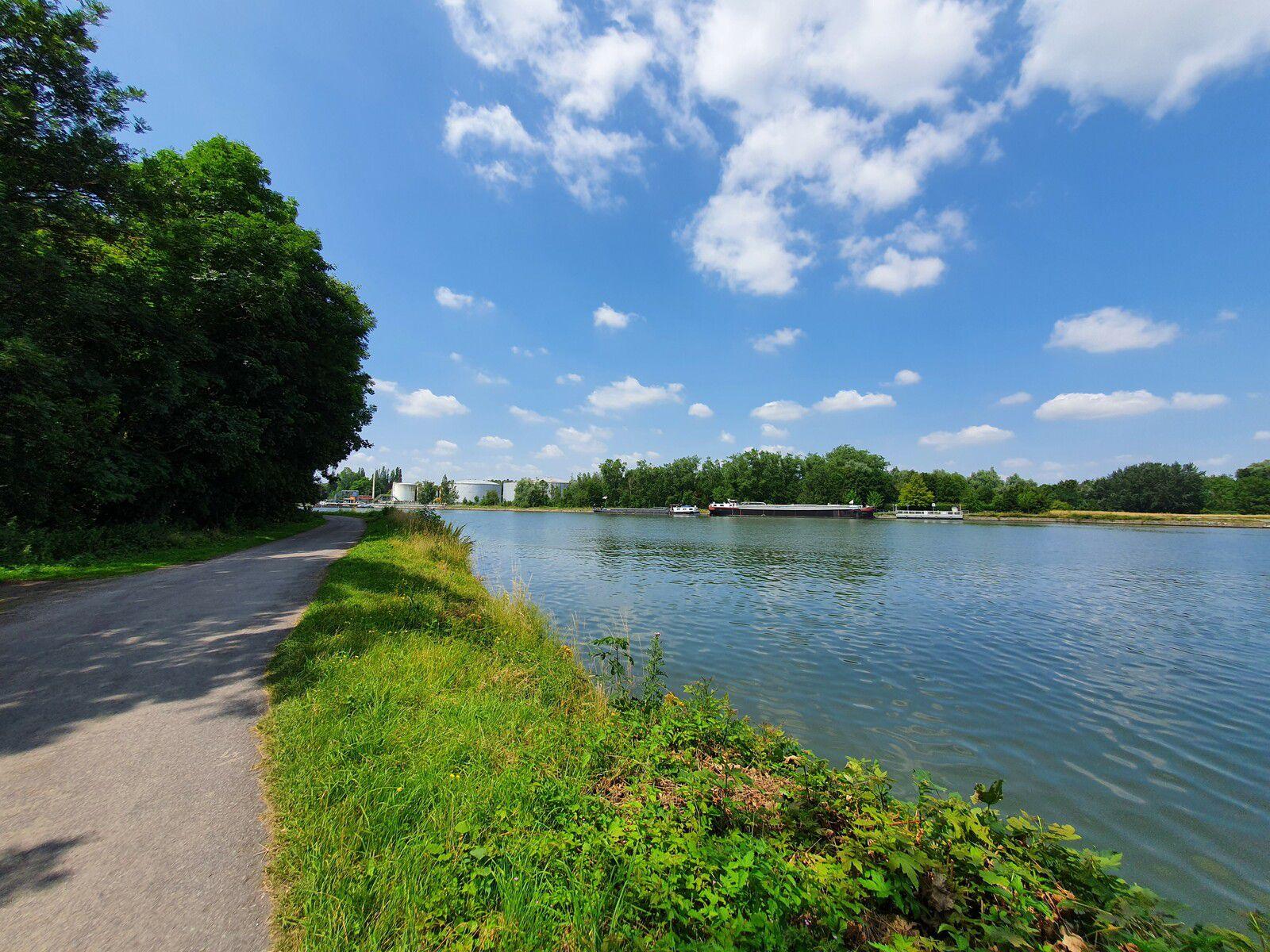 Chemin de halage du canal de la Deûle, à Allennes-les-Marais