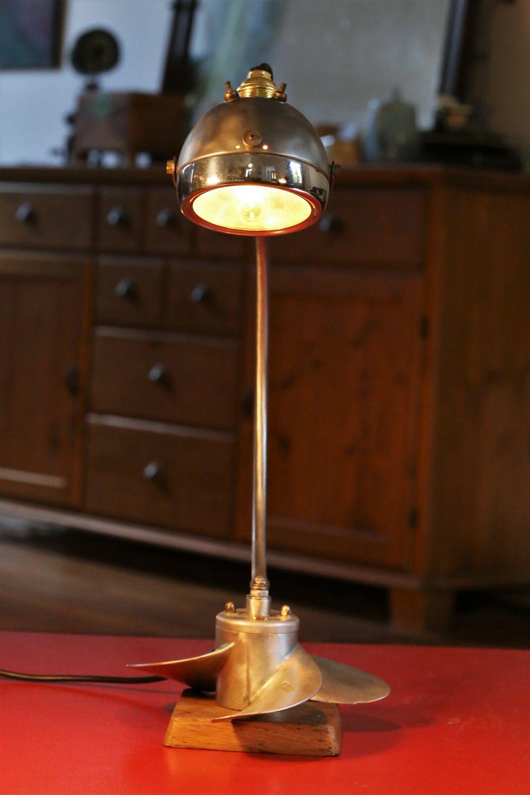 Création d'une lampe unique avec une hélice de bateau et un phare de mobylette vintage