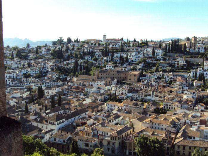 C'est sous un soleil de plomb que nous avons découvert une ville aux multiples visages : héritages tantôt arabe tantôt juif. Des bâtiments majestueux et des petites ruelles qui rappellent celles des villes nord-africaines.