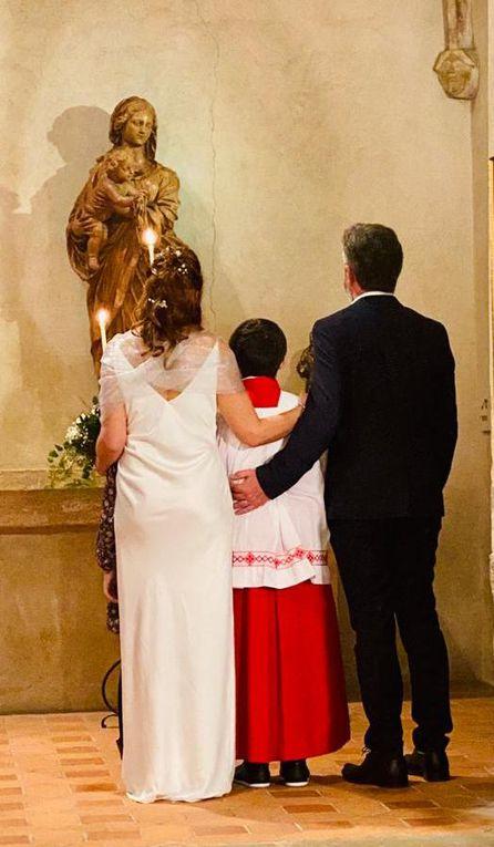 Mariage de Chistophe et Claudie KSIAZKIEWICZ à l'église de Villars les Dombes, le 9 Octobre 2021 accompagnés de leurs enfants Adam, agés de 13 ans et Evy, 11 ans. Evy tiens les alliances de ses parents et Adam est un fidèle servant de messe depuis quelques années.