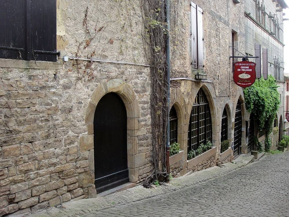 Cité médiévale qui a adapté ses rues tortueuses et ses maisons à un relief escarpé.
