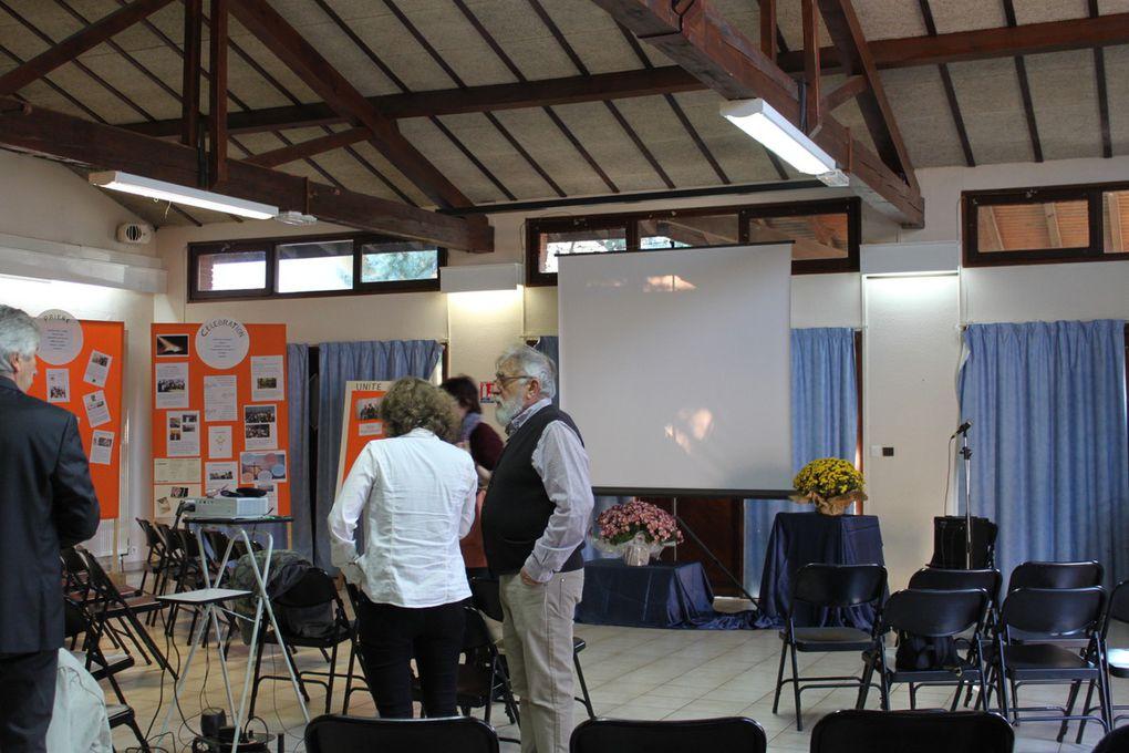 Dès le matin, la salle du temps libre se transformait de belle manière : panneaux des différentes équipes expliquant leur mission, réalisations de la catéchèse et de l'aumônerie, fleurs... . Félicitations à tous ceux qui ont travaillé à rendre cette salle si accueillante !!