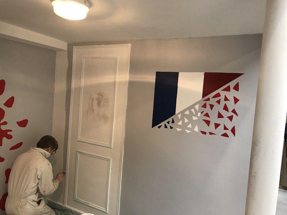 Des drapeaux de tous pays sur les murs de l'atelier Peinture