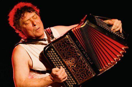christian paccoud, un chanteur et accordéoniste français qui commence dans les cabarets parisiens avec maurice fanon et alain féral