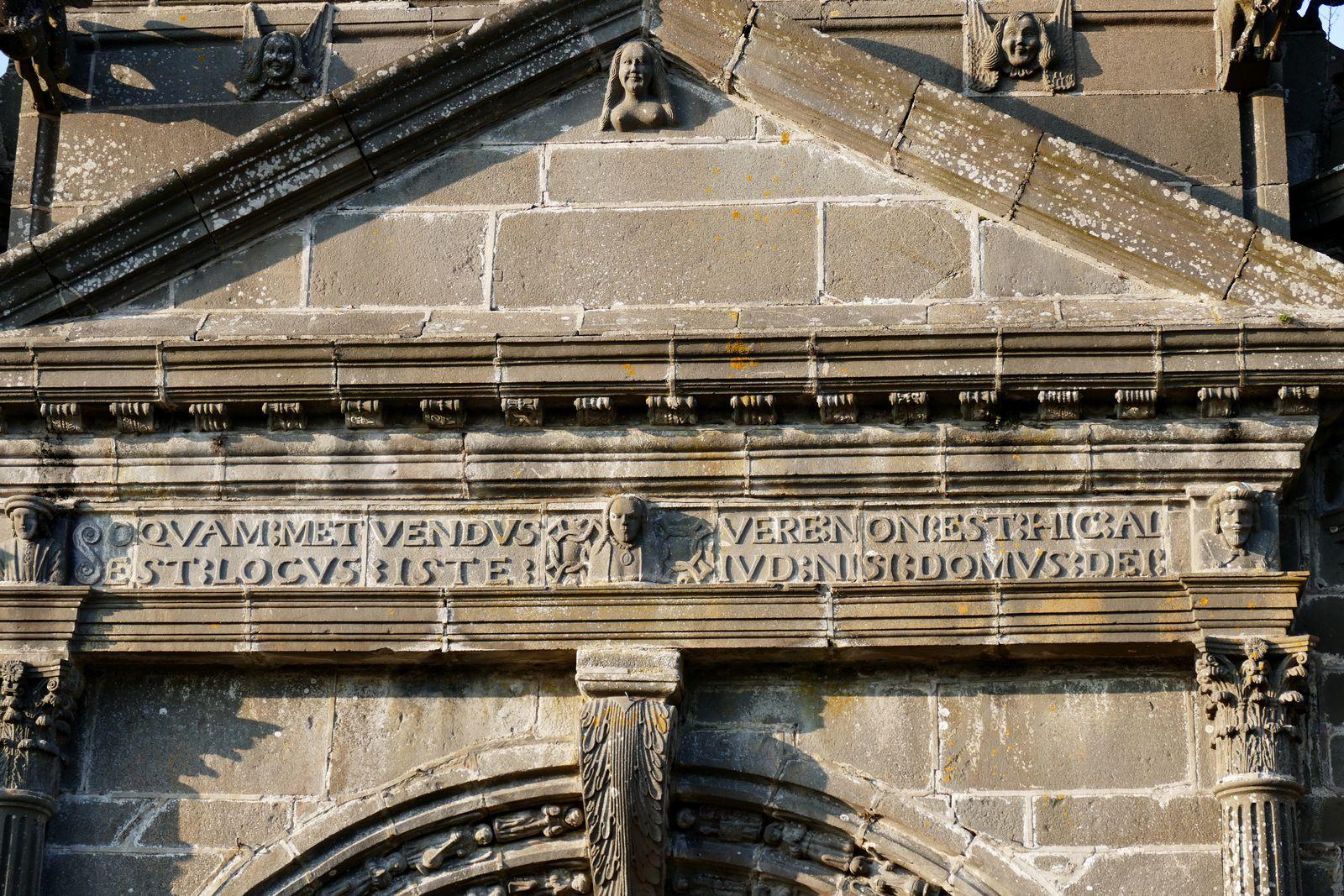 Le porche sud de l'église de Guimiliau. Photographie lavieb-aile.