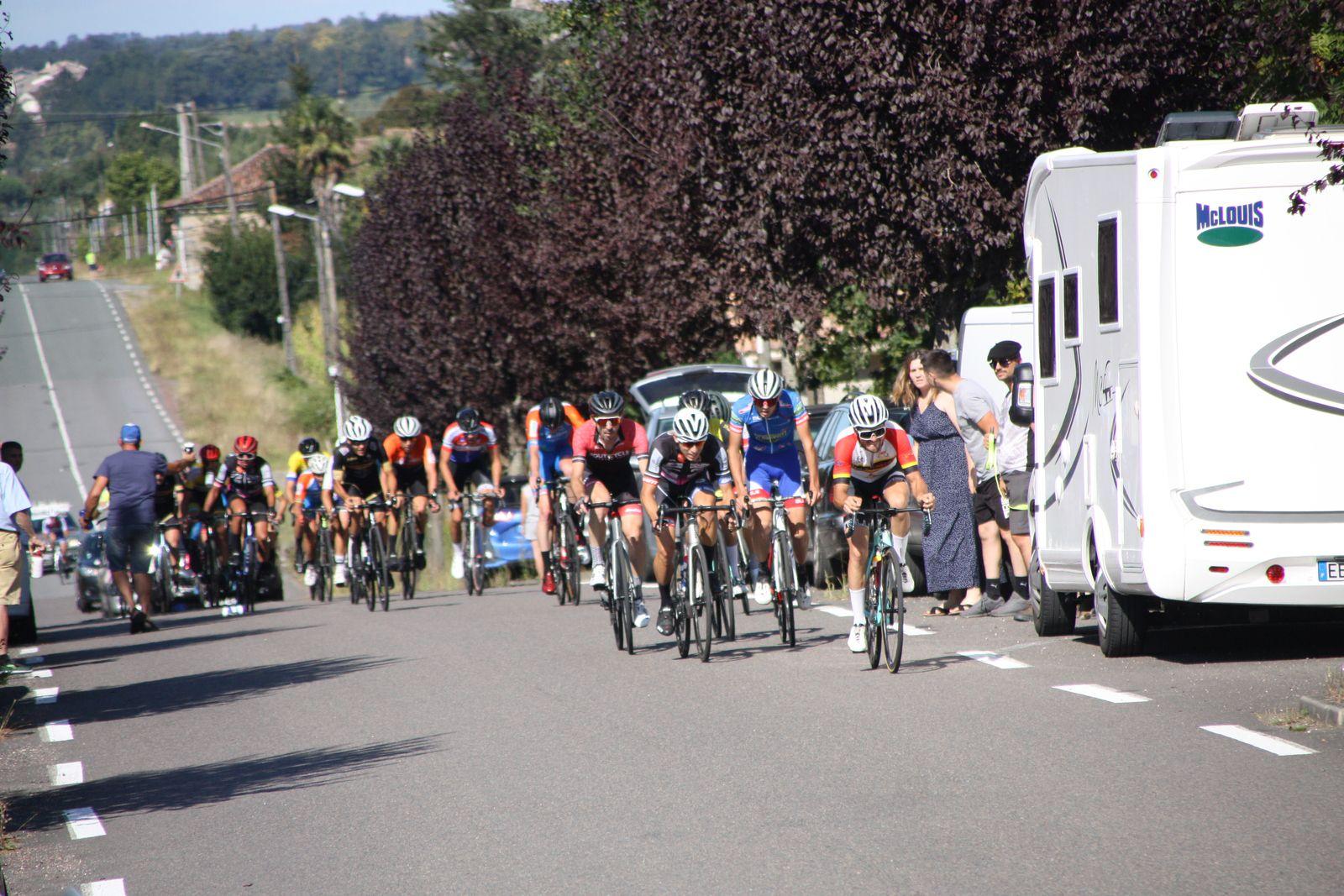 Fin  du  1er  tour  à  Pouillac, peloton  regroupé  emmené  par  Gaétan  GRACIANETTE