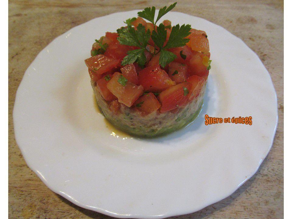 Salade avocat, thon et tomates comme un millefeuille