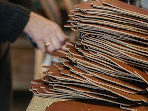 Photos In'Bô-Etuis cuir 💼 Après avoir été découpés, les étuis doivent encore être marqués à chaud et rivetés pour devenir le compagnon de vos lunettes. Comme tous nos produits, cet étui est 100% fait main et 100% fait dans notre atelier Vosgien !