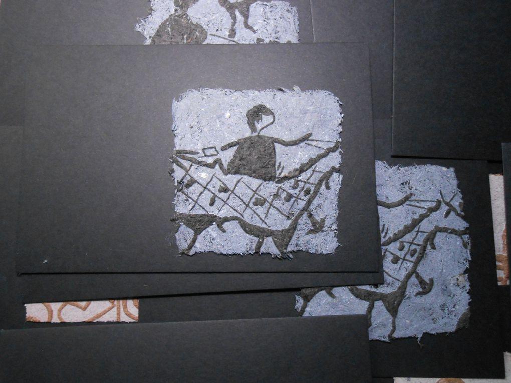 ces cartes avec des gravures sont sur du fossile de bouleau ou de chêne , si elles vous intéressent contactez moi !!!