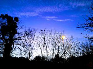Mirebeau au Couchant : ciel du Lundi 30 décembre à 17H 05 - Au levant : ciel du Mardi 31 décembre à 8H06.