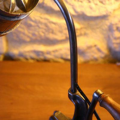 Lampe hachoir ancien et moule pâtissier