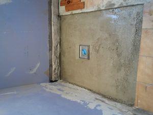 Un conseil, commencer les pentes en diamant côté mur, c'est bête mais bon....c'est plus commode ! J'ai utilisé plusieurs longueurs de lambris pour mettre le mortier à niveau. A droite, le premier coffrage avant la finition.