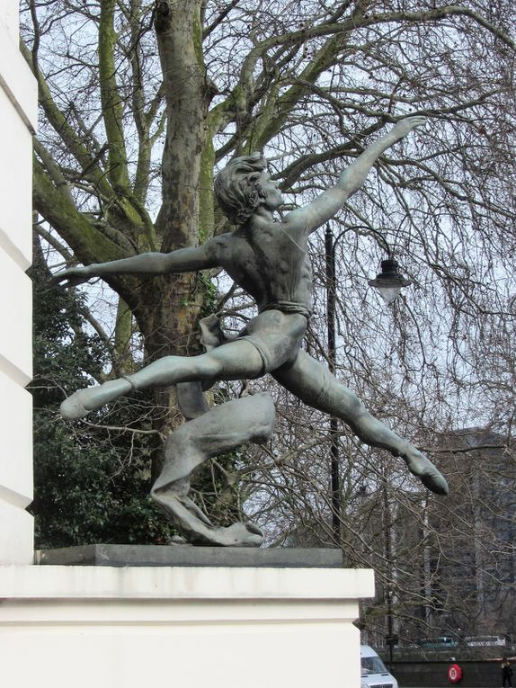 Sur mon chemin, je rencontre ce merveilleux danseur, dont le saut aérien semble le propulser vers le ciel. Enzo Plazzotta (1921-1981) était un sculpteur britannique d' origine italienne.  Il est surtout connu pour sa fascination et son étude du mouvement . Beaucoup de ses oeuvres ornent les rues de Londres
