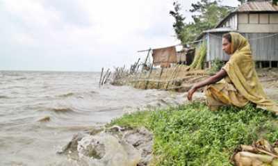 With the onset of monsoon the river Padma is turning mightly again devouring miles of river banks and displacing scores of people of Kamargaoan in Sreenagar in Bangladesh  ........................................................................................................ Con el inicio de los monzones el río Padma se vuelve poderoso, devorando kilómetros de riberas y el desplazando miles de personas de Kamargaoan en Sreenagar en Bangladesh