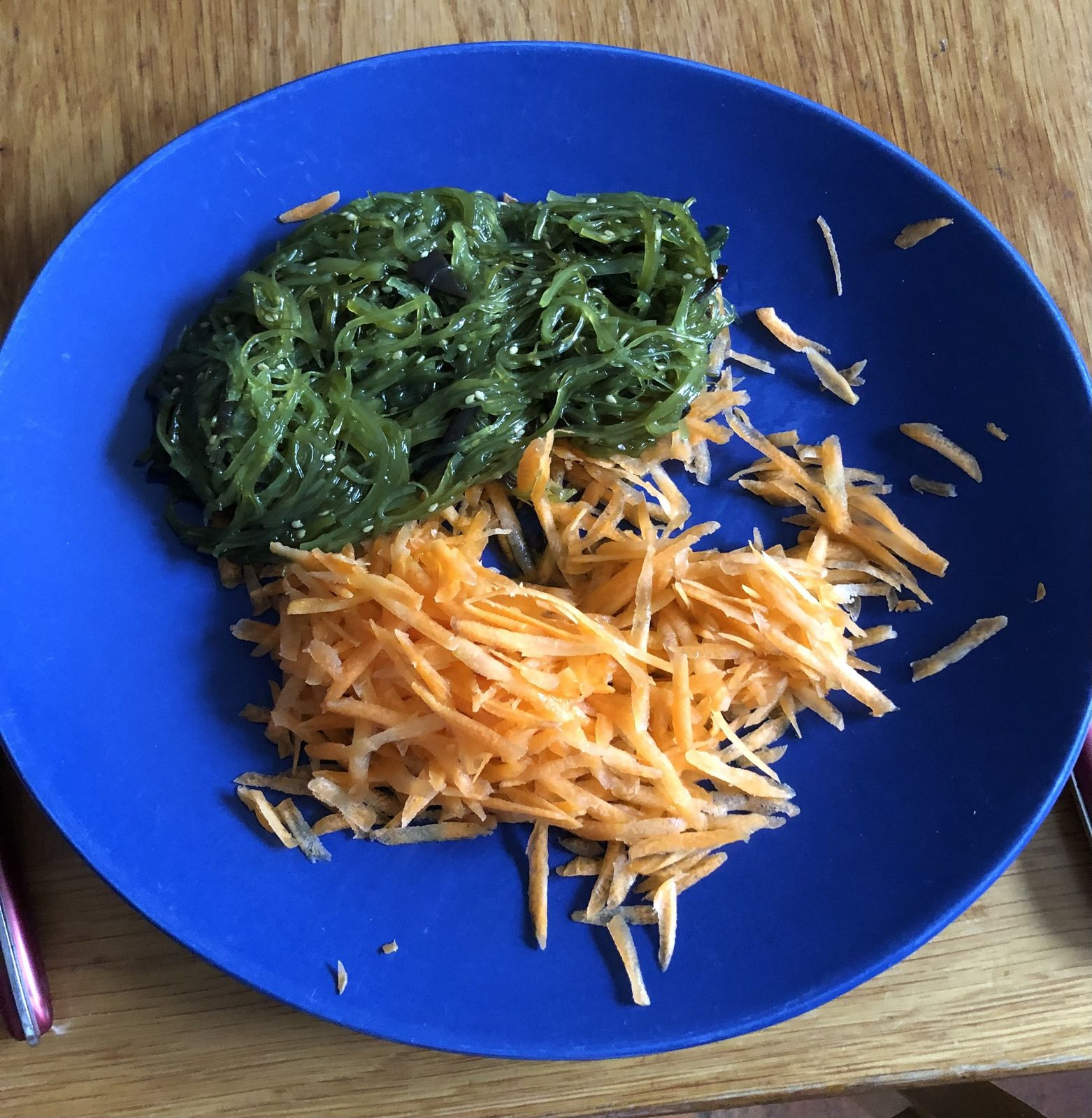 """Algues Wakamé ou """"fougères de la mer"""" accompagnées de carottes râpées en entrée."""