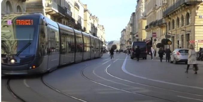Bordeaux - Bordeaux: En marge d'un accident entre une voiture et un tram, un groupe de jeunes a profité de la confusion pour dérober des effets personnels des victimes