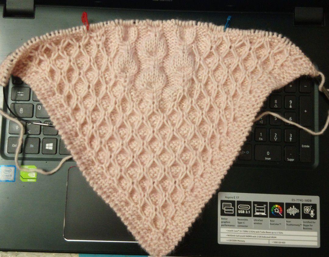Début de châle au tricot