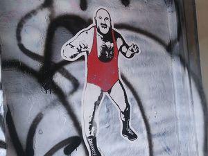 Les collages pop art de Mistake Project mettent en scène le lutteur québécois Mad Dog.