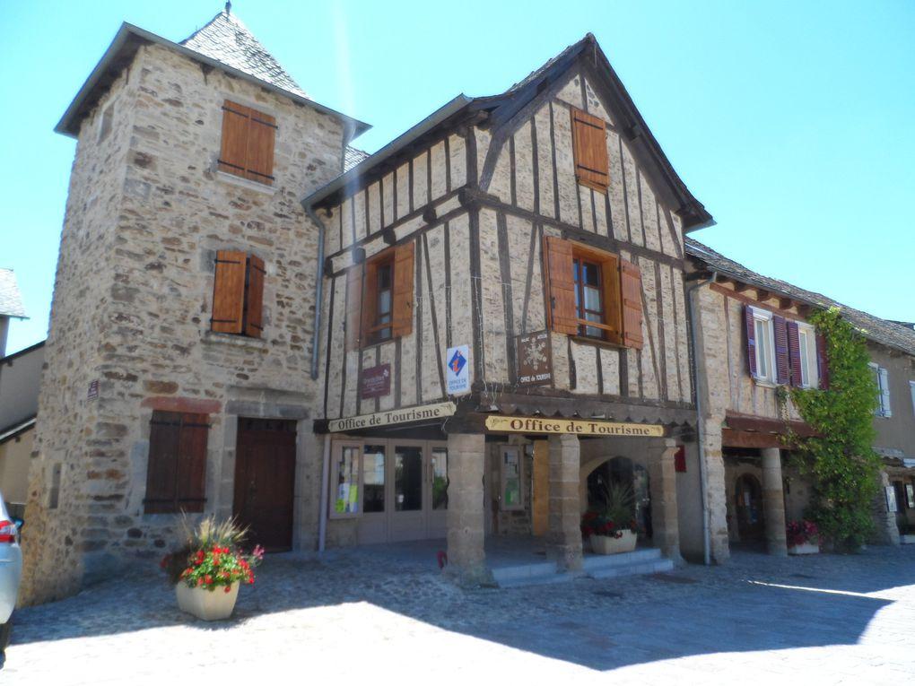 Situé dans les gorges de l'Aveyron, classé plus beau village de France, il aurait été dommage de passer sans le visiter. Curiosité : les maisons sur pilotis.