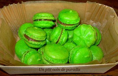 Macarons le retour .. !!! Groseille amandes & choco aux éclats de Pralin ...