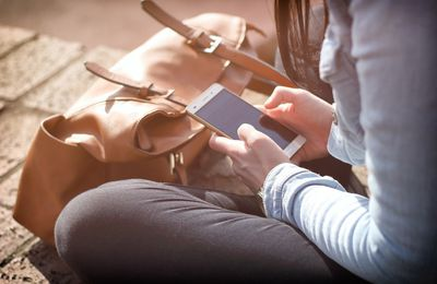 Una niña de 13 años apuñala a sus padres cuando dormían porque le habían quitado el móvil