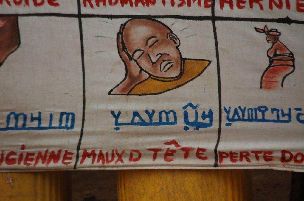 """Enseignes """"Évocatrices"""" de médecine traditionnelle à Mopti"""