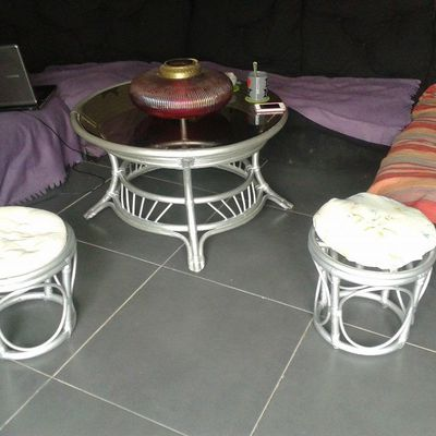 Customisation des meubles en rotin, suite...vOila les poufs, et la tables sont prets, prochaine étape, la commode en rotin, a customiser pour un effet : argent martelé !    Customisation of the furniture in rattan, continuation... here is the pouffes, and tables are ready, the next stage, the chest of drawers in rattan, to customize for an effect: hammered silver!