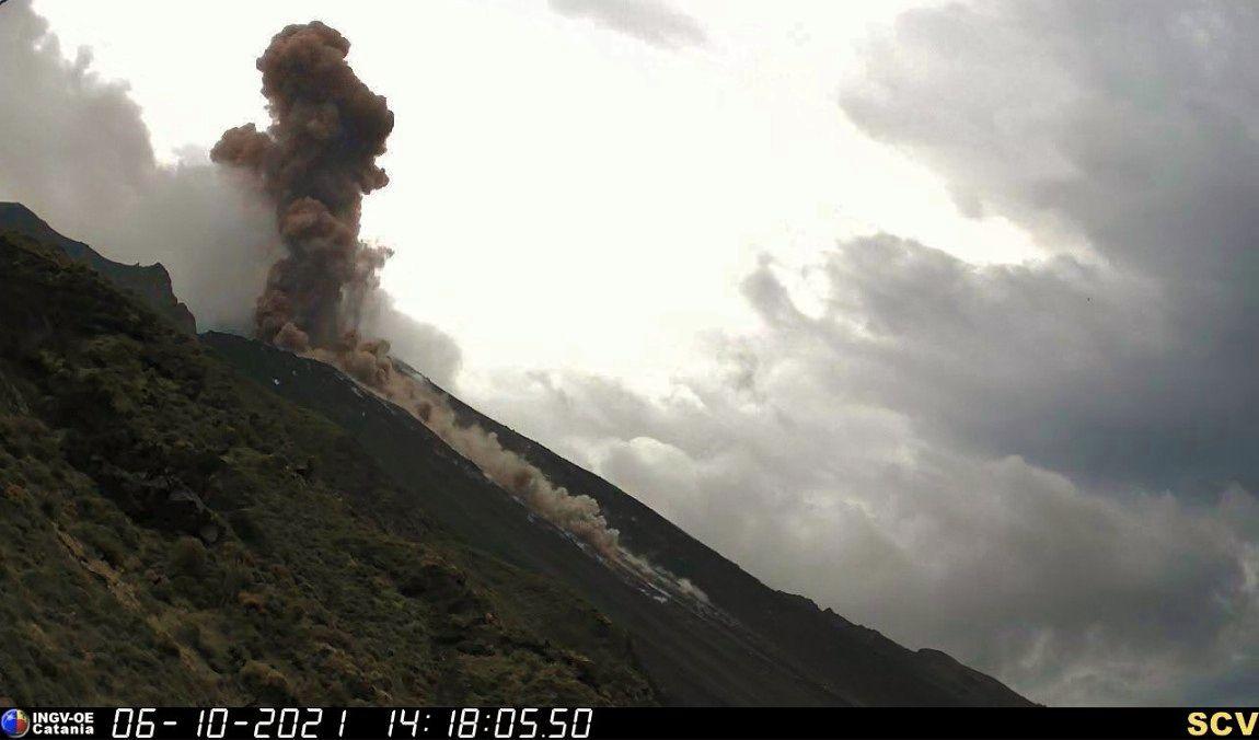 Stromboli - 06.10.2021 / 14h18 -  panache de cendres et roulement de matériaux dans la Sciara del Fuoco - INGV webcam SCV