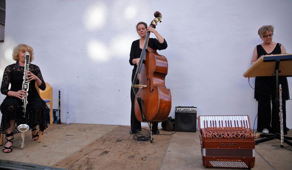 """Mit Ausnahme des Stückes mit dem Titel """"Nr. 52"""" vermittelte jedes Lied, was ausgedrückt werden soll. So konnte man bei dem sephardischen Lied der spanischen Juden """"Los Bilbilicos"""" einer Nachtigall lauschen, höchst virtuos in Szene gesetzt von Almut Schwab auf der Piccoloflöte. Gabriela Kaufmann entlockte dabei auf ihrer Bassklarinette Töne von keckerndem Lachen und Jubeln bis zu melancholischem Schluchzen."""