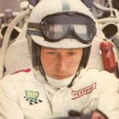 CARTE POSTALE PORTRAIT JOHN SURTEES PILOTE F1 1963 - 1965 - car-collector.net
