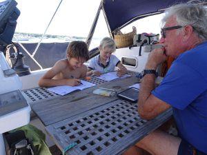 Il faut participer à la navigation, les manoeuvres, la cuisine et même l'école tous les jours.