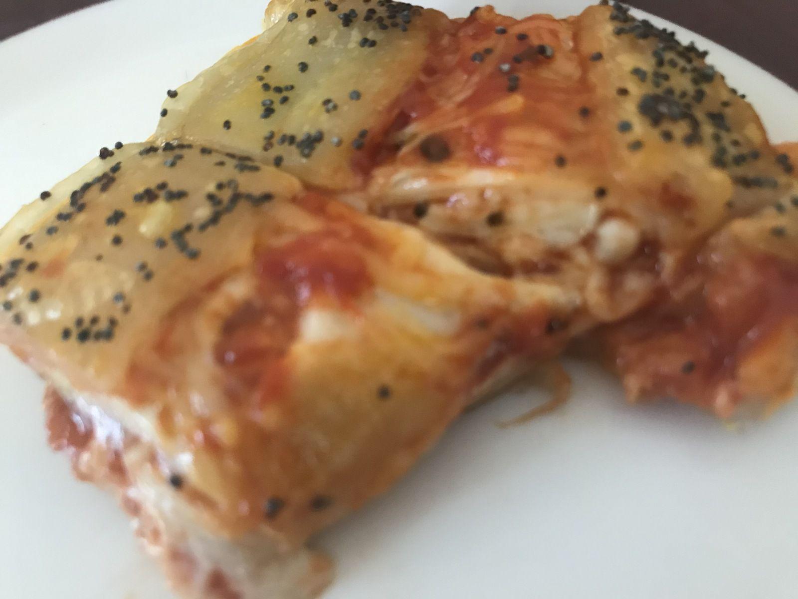 Feuilletés au jambon , tomate, mozzarella, emmental et pavot bleu