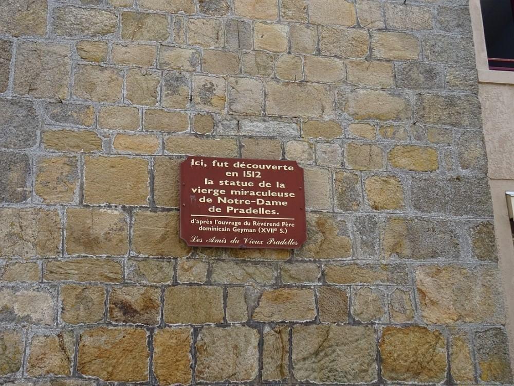 Bourg médiéval et renaissance anciennement fortifié, dominant la vallée du Haut Allier,
