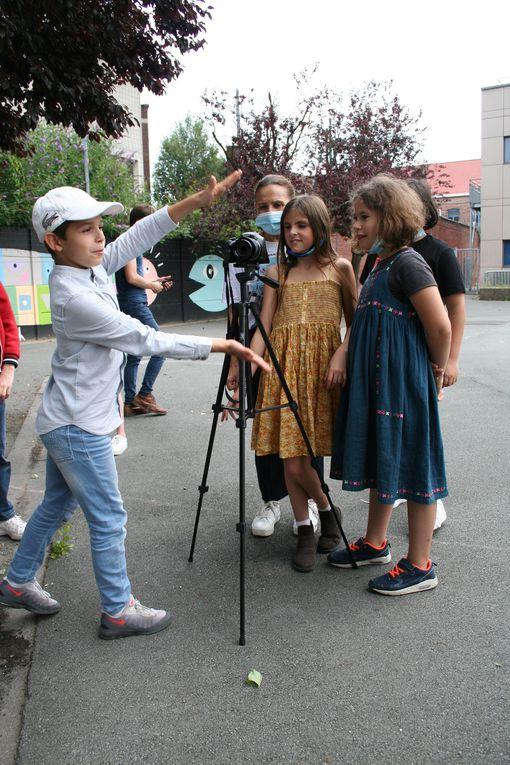 Mercredi 4 Août 2021. Après avoir écrit leur scénario, les enfants ont tourné leur scène; histoire romantique ou policière...dans le souci du détail: la tenue, la coiffure, le décor...tout a son importance!